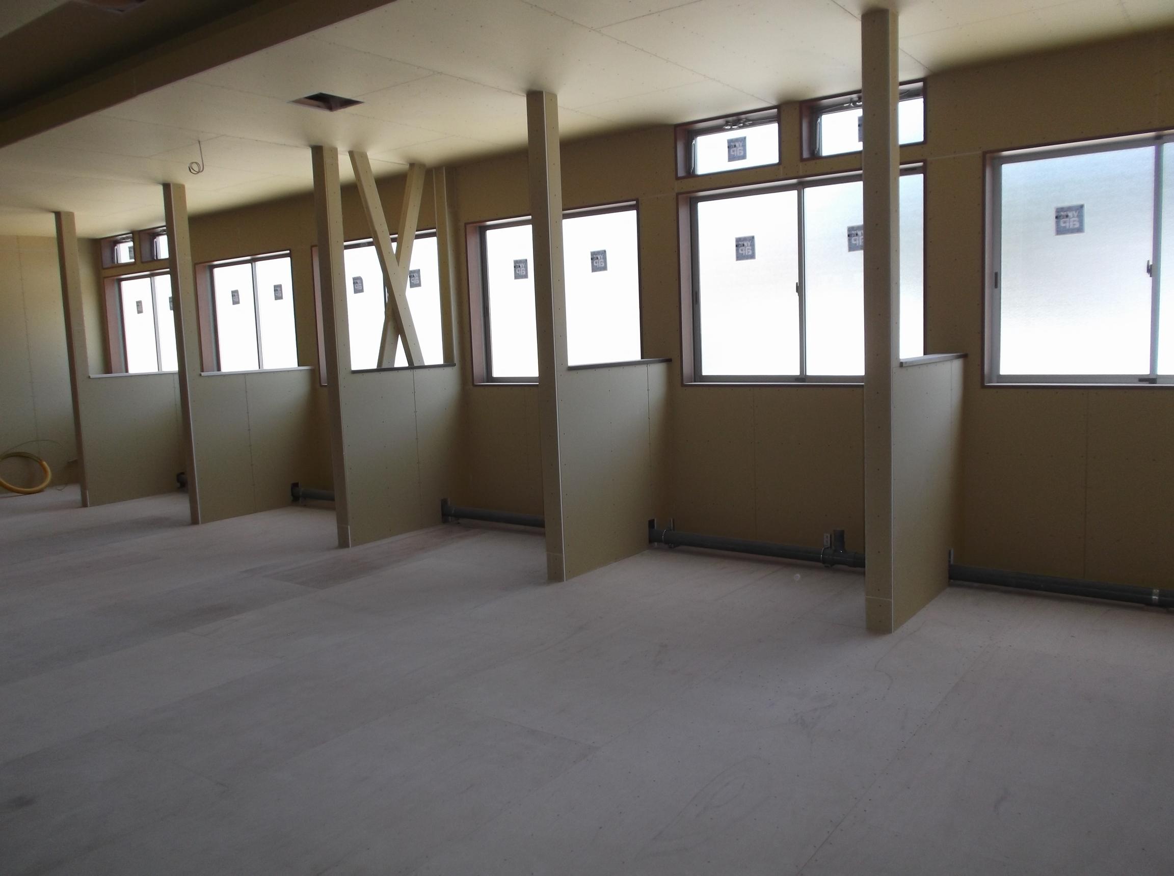 透析室のベッドの間仕切りと明るい窓